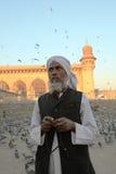 Anbeter und Korne an der Mekka Masjid Moschee Stockfotos