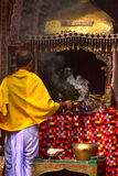 Anbeter vor betender Hintergrundphotographie des Tempels Lizenzfreie Stockfotos