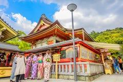 Anbetern, die Kimono tragen stockbild