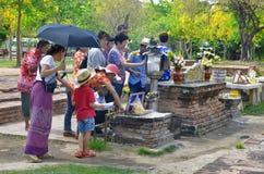 Anbetung bei stützendem Buddha bei Wat Lokkayasutharam lizenzfreie stockbilder