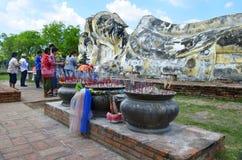 Anbetung bei stützendem Buddha bei Wat Lokkayasutharam lizenzfreie stockfotografie