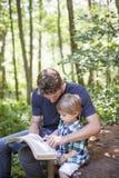 Anbetung des jungen Mannes und des Kindes Stockfotografie
