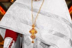 Anbetungskreuze und Ikonen des Priesters Stockbilder