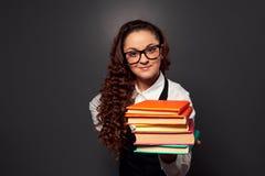Anbietenbücher des jungen Lehrers mit Lächeln Stockfotos
