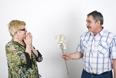 Anbietenblumen des Ehemanns zu seiner Frau Stockfoto
