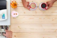 Anbietende Zahlung des Kunden für Kaffee an bis Lizenzfreie Stockbilder