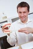 Anbietenspitzen des Zahnarztes für das Auftragen lizenzfreie stockbilder