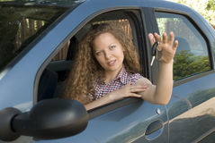 Anbietentasten der Frau zu ihrem neuen Auto Lizenzfreies Stockbild