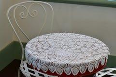 Anblick av den runda tabellen och stol i rum Royaltyfri Foto