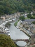 Anblick von Dinan in Bretagne in Frankreich gesehen durch das hohe mit seinem Fluss und seinen charakteristischen Häusern Lizenzfreies Stockbild