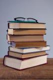Anblickar och blyertspenna på bokbunt Arkivbilder