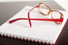 Anblickar och en notepad Arkivbild
