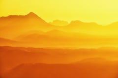 Anboto et silhouettes de montagne au coucher du soleil Photos stock