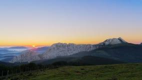 Anboto-Gebirgszug bei Sonnenaufgang Stockbilder