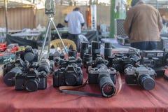 Ancara/Turquia 3 de fevereiro de 2019: Câmeras velhas da fotografia na feira da ladra, Ayranci Antika Pazari, bazar antigo fotos de stock