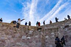 Ancara/Turquia 2 de fevereiro de 2019: Povos que apreciam na parte superior do castelo de Ancara fotografia de stock royalty free