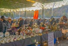 Ancara/Turquia 3 de fevereiro de 2019: Vários frascos antigos, jarros, jarros na feira da ladra, Ayranci Antika Pazari, bazar ant imagem de stock