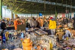 Ancara/Turquia 3 de fevereiro de 2019: Vários frascos antigos, jarros, jarros na feira da ladra, Ayranci Antika Pazari, bazar ant imagens de stock
