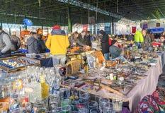 Ancara/Turquia 3 de fevereiro de 2019: Vários frascos antigos, jarros, jarros na feira da ladra, Ayranci Antika Pazari, bazar ant fotografia de stock