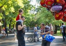 Ancara/Turquia 23 de junho de 2019: Balão da compra do paizinho para sua filha Conceito do paizinho e da filha Para senhoras, par imagem de stock