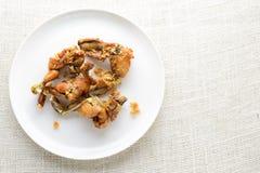 Ancas de ranas curruscantes con ajo y estrag?n imagen de archivo libre de regalías