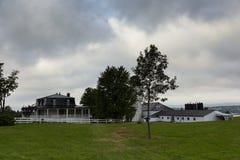 Ancestralny dom z czerni cyny Mansardowym dachem i rolnymi budynkami Obrazy Stock