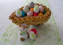 Anche canestro intrecciato di Pasqua con le uova di Pasqua variopinte per Pasqua Immagini Stock Libere da Diritti