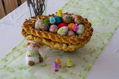 Anche canestro intrecciato di Pasqua con le uova di Pasqua variopinte per Pasqua Fotografia Stock Libera da Diritti