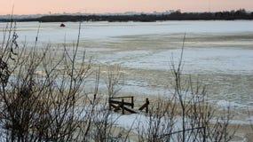 Anche il paesaggio dal fiume nell'inverno comincia a fondere il ghiaccio, sopra l'orizzonte che potete vedere la città fotografie stock libere da diritti
