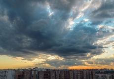Anche la città è stato coperto di ombra di grande nuvola Fotografie Stock Libere da Diritti