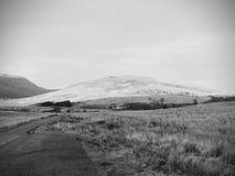 Anche paesaggio con le montagne, il cielo blu e l'erba verde sulla priorità alta Fotografie Stock