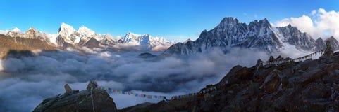 Anche paesaggio panoramico, montagne dell'Himalaya del Nepal fotografia stock