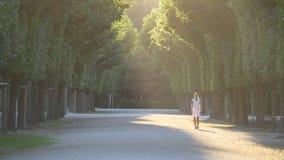 Anche passeggiata di una giovane donna nel parco stock footage
