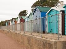 Anche una fila piacevole delle capanne della spiaggia con recinta la parte anteriore giù nel doverc Immagine Stock
