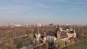 Anche vista da sopra sul castello di Vajdahunyad a Budapest Ungheria stock footage