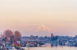 Anche vista del fiume Columbia con le case e barche e yacht di galleggiamento attraccati agli ancoraggi sui precedenti del fotografia stock libera da diritti