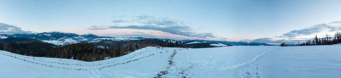 Anche vista della cresta della montagna di inverno tramite il parabrezza dell'automobile fotografie stock libere da diritti