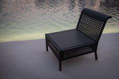 Anche vista della sedia vuota vicino allo stagno di acqua fotografie stock libere da diritti