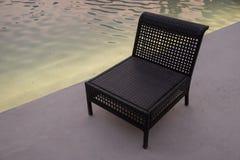 Anche vista della sedia vuota vicino allo stagno di acqua immagini stock libere da diritti