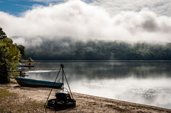 Anche vista nebbiosa di un lago nel paese della Quebec fotografia stock