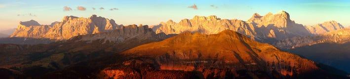 Anche vista panoramica colorata tramonto delle montagne delle dolomia delle alpi dal passo di Lana, Tofana, Fanes ed altri, dolom immagini stock libere da diritti