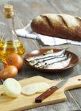 Anchoas, cebollas y pan. imagenes de archivo