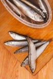 Anchoas saladas en rectángulo en de madera Fotos de archivo
