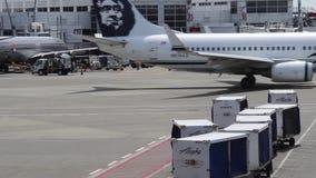 Anchorage, Alaska - circa 2013 Envases y aeroplanos en el aeropuerto de Anchorage metrajes