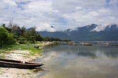 Anchorage met oever (strand) in centraal Vietnam, Hai Van Pass Royalty-vrije Stock Foto's
