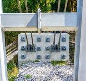 Anchorage und Dübel im Felsen für das Reparieren der Stahlkabel einer Hängebrücke lizenzfreie stockfotos