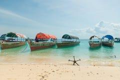Anchores dalle barche turistiche sulla spiaggia sabbiosa Fotografia Stock