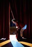 Anchorman που εξετάζει το κοίλωμα στο θέατρο από πίσω από τις σκηνές Στοκ Φωτογραφίες