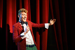 Anchorman som talar till åskådare och meddelar show Royaltyfria Foton