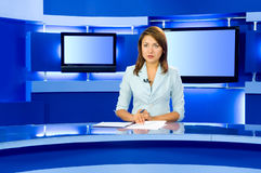 anchorwoman τηλεοπτική TV στούντιο στοκ φωτογραφία με δικαίωμα ελεύθερης χρήσης